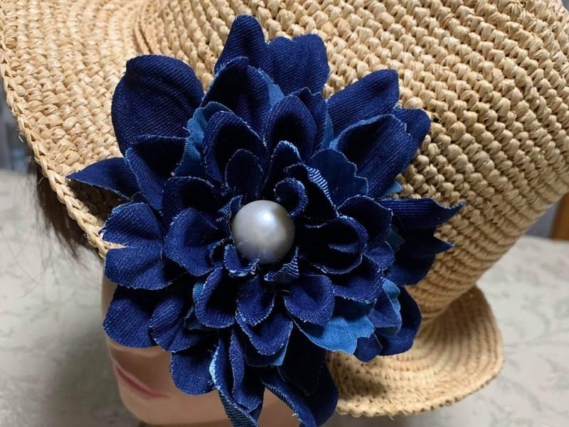 デニムの造花でコサージュを作りましょうの画像