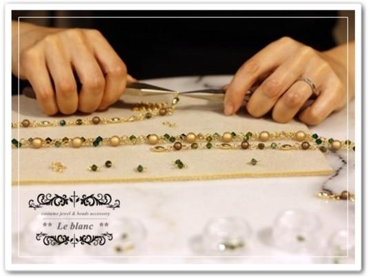 高級ガラスビーズ(スワロフスキー社製)で作るお洒落な3連チョーカーの画像