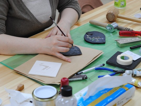 革小物に漆蒔絵を描くの画像