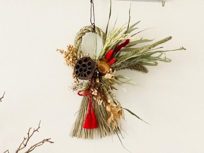 ドライフラワーの華やかなしめ縄飾りの画像