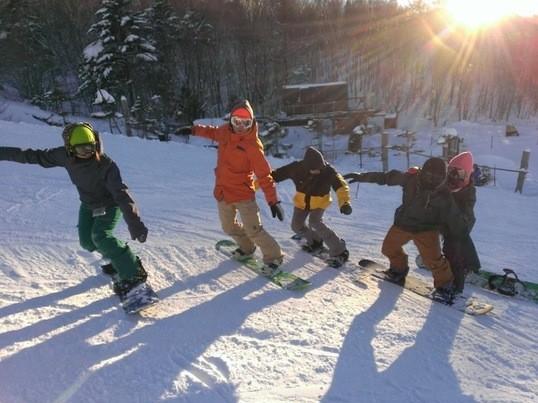 スノーボードの滑走フォームなどを確認するレッスンの画像