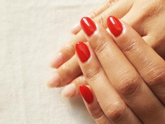 大人の定番!赤ネイルをきれいに塗ろう!の画像