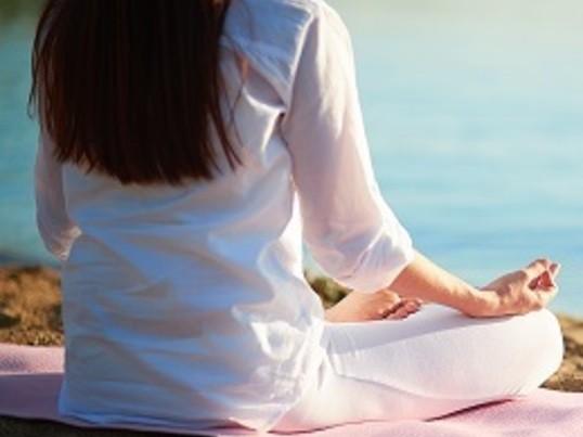 一日の終わりに体の歪みを修正し、瞑想と呼吸法で心をデトックスの画像