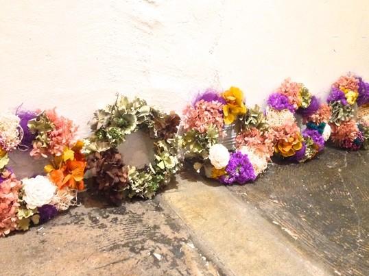 4月限定「春色カラフルリース」注目のアーティフィシャルフラワー使用の画像