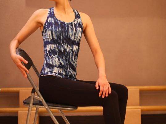 【デスクワークの方、必見!】肩や腰が凝らない正しい〝イス〟の座り方の画像