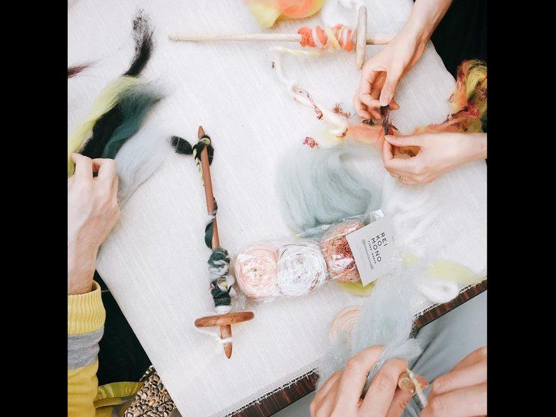 ふわふわの羊毛を使った糸紡ぎワークショップの画像
