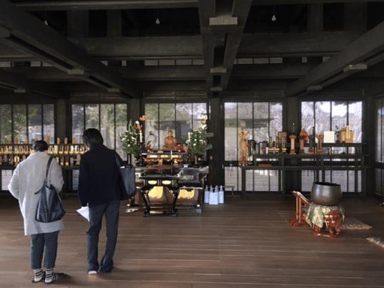 巣鴨の新しくシンプル.モダンなお寺で、木の温もりを感じながら寺ヨガの画像