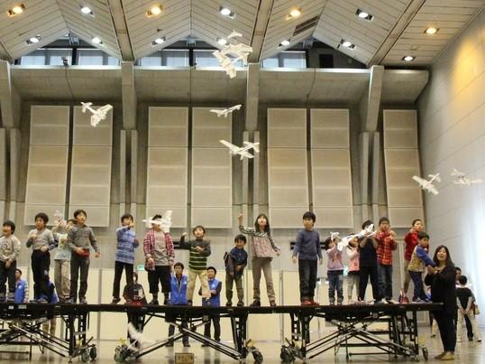 5秒の充電で1分半飛行できる驚きの電動紙飛行機を作ろう。の画像