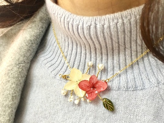 小枝とお花のネックレスの画像