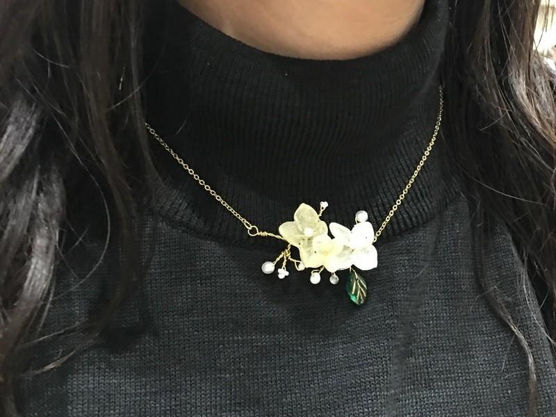 小枝とお花のアクセサリーの画像