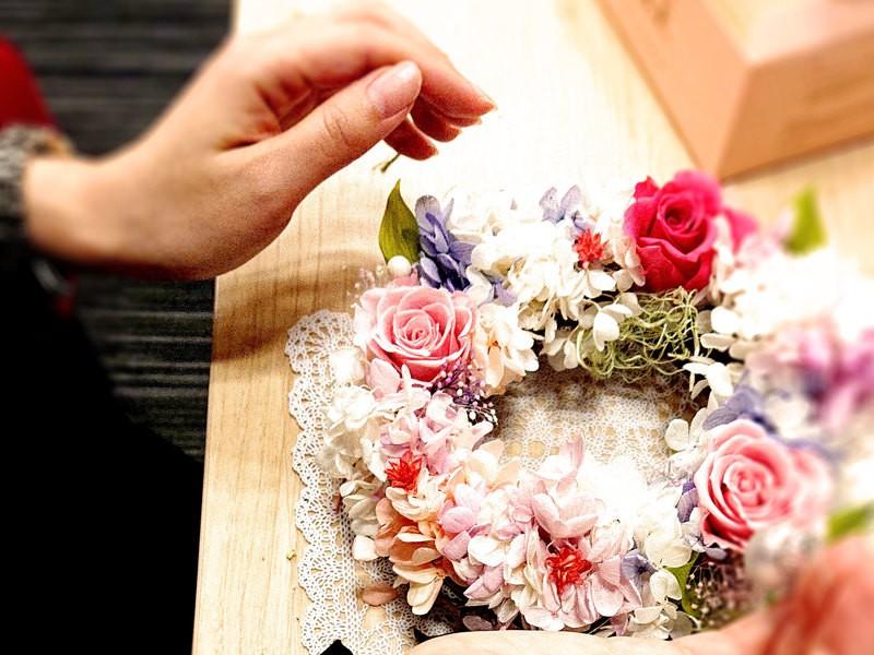 お好きな花材と色でオリジナルのリースを制作しませんか♪の画像