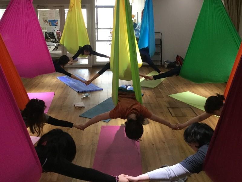 お昼の時間に体のメンテナンスを布を使ったスリングヨガでしましょう!の画像