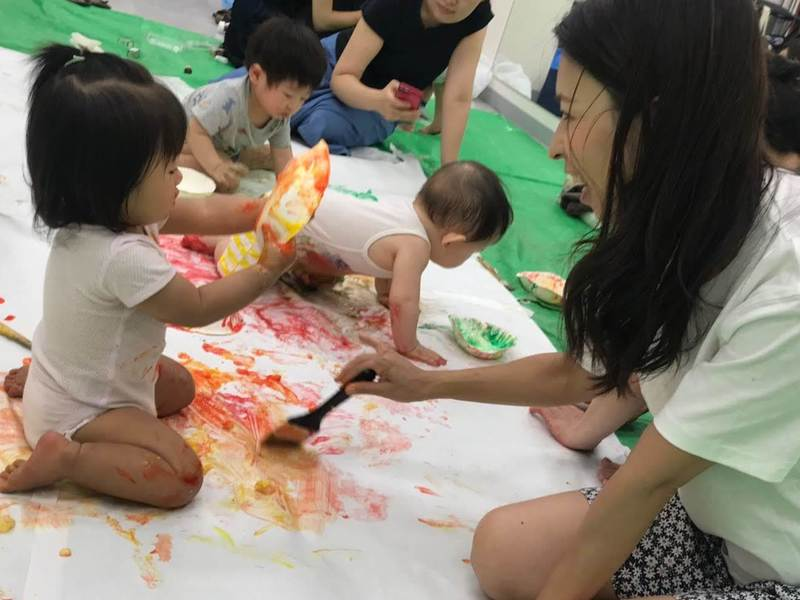 《お土産付き》絵の具を使って大胆に!赤ちゃんの無制限あそびの画像