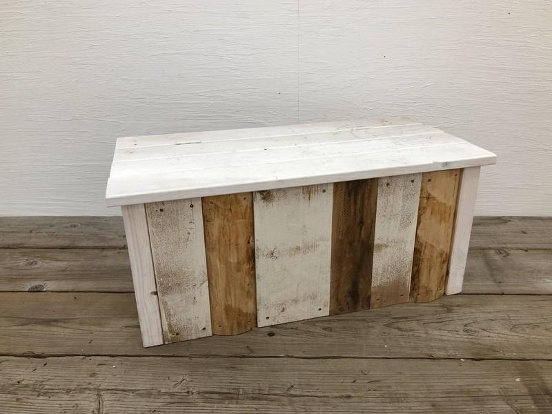 ローテーブルにもなる木の収納ベンチの画像