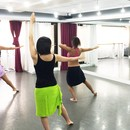 タヒチアンダンスで70分間フィットネスの講座の風景