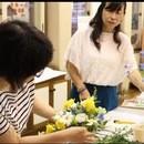 若作り姑と美人嫁のフラワーアレンジメント教室の講座の風景