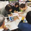 津久井智子の消しゴムはんこ。教室の講座の風景