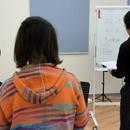 音楽プロダクションが指導するボイストレーニングの講座の風景